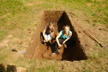Schon am zweiten Grabungstag treten die Fundamente der Wasserburg zu Tage. Einziger Wermutstropfen: Direkt unter der Fundamentoberkkante steht das Grundwasser an!