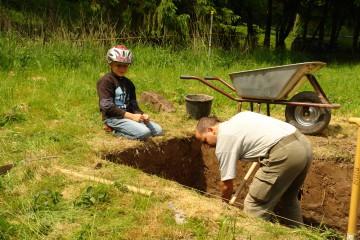 """In den Pfingstferien nutzen zahlreiche junge Heimbuchenthalerinnen und Heimbuchenthaler die Chance, einen Archäologen """"von Angesicht zu Angesicht"""" zu erleben."""