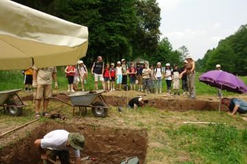 Nina führt die ersten Schulklassen über die Grabungsfläche.