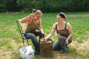 Münzenschlagen: Ein Bereicherung des Führungsprogramms. Nina übt mit Sabrina schon einmal ...