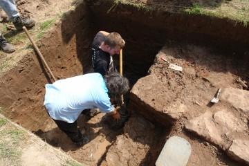 An einer Stelle wollten wir es genauer wissen: Besaß die Burg nun einen Wassergraben oder nicht? Das Projekt bzw. das Schlammbad wurde etwa eineinhalb Meter unter dem Grundwasserspiegel eingestellt.