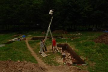 Akrobatische Sondereinlage des Grabungsleiters bei der fotografischen Dokumentation.
