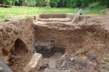 Wer hätte das gedacht: Die Umfassungsmauern des Burgstalls haben sich noch in einer Höhe von über drei Metern im Boden erhalten.