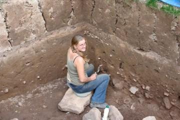 Recht gut ist hier der Schichtenaufbau des Geländes zu erkennen. Ein Lob an Nina, die hier das Profil fein säuberlich geputzt hat.