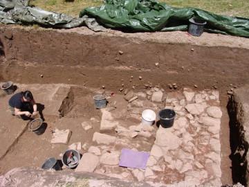 Deutlich ist eine der Ringmauer vorgelagerte Steinstruktur zu erkennen. Noch können wir diese nicht interpretieren.
