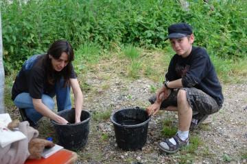 Neue Helfer beim Waschen der Funde.