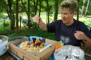 Matthias bekommt von Anne eine Archäologentorte zu seinem Geburtstag überreicht.