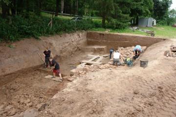 Parallel zum Tiefergehen im Graben wird die Ringmauer fotofein gemacht.