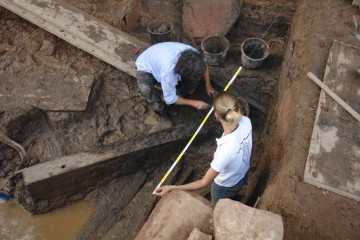 Unter dem Brettern im Graben befand sich auch das Fragment eines Türblattes.