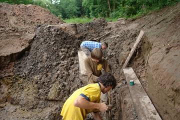 Bei täglichem Regenguss wird das Ausgraben zur Schlammschlacht.