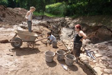 Auch die an den Graben anschließende Ringmauer muss sorgfältig präpariert werden.