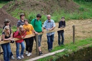 Friedbert führte zahlreiche Heimbuchenthaler Schüler über die Grabung.