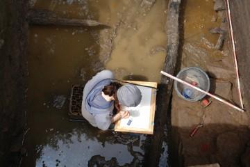 Gearbeitet wird, solange der Zeichnerin das Wasser nicht bis zum Hals steht.