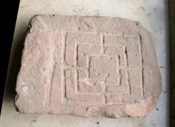 Auch dieses in einen Sandstein eigeritzte Mühlespiel soll von der Altenburg stammen.