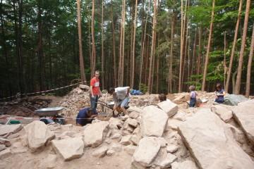 Freilegung der Steinstückung des inneren Walls im Jahre 2009.