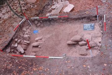 Außenkante der Pfostenschlitzmauer des inneren Walls der Altenburg. In der Südostecke erkennt man die Reste einer nach Westen verstürzten Pfeilerummantelung der eisenzeitlichen Pfostenschlitzmauer.