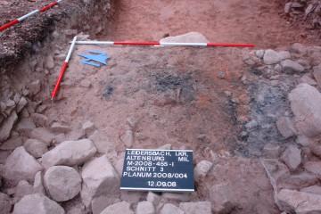 Reste der verkohlten Eichenbalken der Innenkonstruktion der eisenzeitlichen Pfostenschlitzmauer.