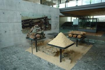 Anteile von Holz, Steinen und Erde bei der Konstruktion eines laténezeitlichen Murus Gallicus. Installation im Musée de la Civilisation Celtique in Saint-Léger-sous-Beuvray