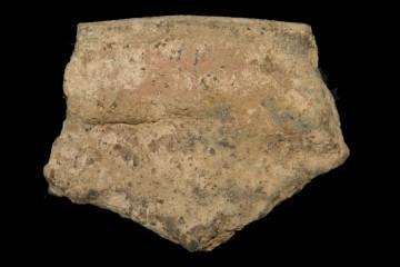 Diese Keramikscherbe gehört zu einem großen Vorratsgefäß, in welchem beispielsweise Getreide gelagert wurde. Die nur schwach gebrannte Keramik wurde unter anderem dadurch stabilisiert, dass man an der verdickten Mündung eine Fingertupfenleiste anbrachte.
