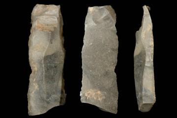 An dieser Silexklinge sind deutlich die Spuren der Retuschierung zu erkennen. Die Klinge besaß ursprünglich einen mit Birkenpech angeklebten Griff.