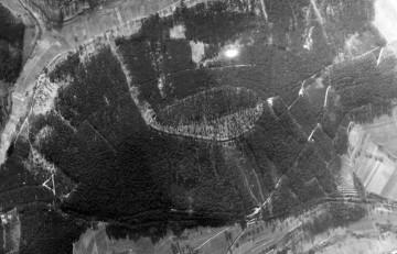 Luftbild von der Altenburg aus dem Jahr 1945 (Blick nach Süden)(aus: HGV Sulzbach und Leidersbach 2012, S. 146).