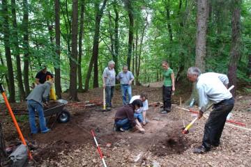 Mit einer kleinen Sondage fingen die Ausgrabungen auf der Altenburg an.