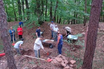 Am nächsten Tag wurde dann ein Schnitt im Bereich des inneren Grabens angelegt.