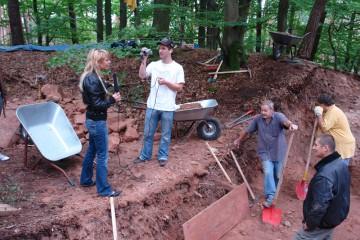 Schnell hatten sich die Ausgrabungen auch bei den Medien herumgesprochen und die Grabungsmannschaft bekam Besuch von Reportern des Online-Portals main.tv.