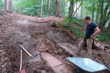 Das Anlegen eines Schnittes im äußeren Graben war der nächste Schritt.