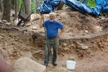 """Nein, kein müder Pilger, sondern der erschöpfte Dieter nach dem """"Beseitigen"""" einiger großer Steine, die sich den Ausgräbern in den Weg stellten."""
