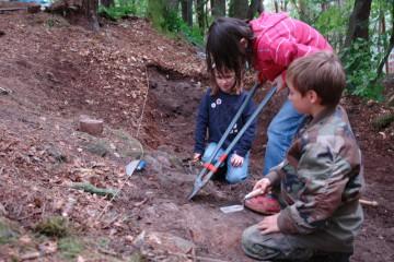 Auch die Kleinsten konnten sich beteiligen: Großes Werkzeug für kleine Wurzeln.
