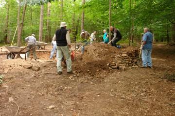 Mit dem (alten) Aushub der Schnitte wurden neue Trockenmauern errichtet.
