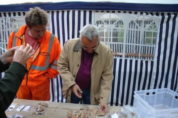 Bei einem Besuch auf der Grabung nahm ein Mitarbeiter der Museen der Stadt Aschaffenburg die gefundenen Scherben genauer in Augenschein.