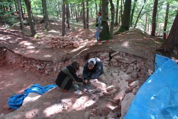 Hier entnahmen wir Proben der gefundenen Holzkohle, anhand derer das Alter der ursprünglich in der Befestigung der Altenburg verbauten Hölzer festgestellt werden kann.