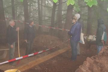 """Auch von """"ein wenig"""" Nebel ließen sich die Ausgräber nicht von der Arbeit abhalten."""