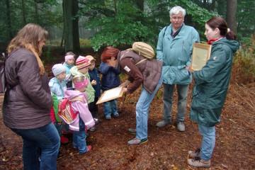 Immer wieder kamen Gruppen aus Kindergärten und Schulen auf die Grabung und bekamen alles genau erklärt.