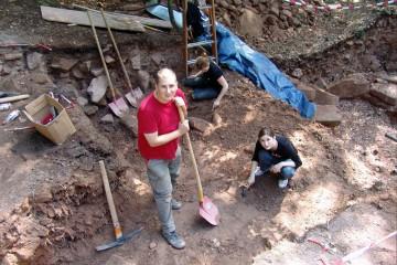Wir beginnen dort, wo wir 2008 aufgehört haben: im Wallschnitt im Westen des Ringwalls.