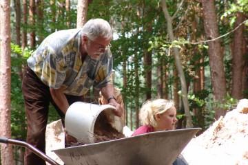 Freiwillige Helfer - hier Fritz beim Befüllen des Schubkarrens - und Studenten erweisen sich auch 2009 als unverzichtbar.