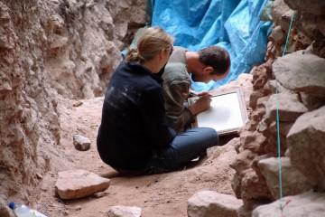 Nach dem Fotografieren wird jeder Stein genau vermessen und gezeichnet.