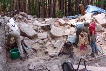Die schweren Steine wurden von Menschenhand zu einem heute noch meterhohen Wall aufgetürmt.