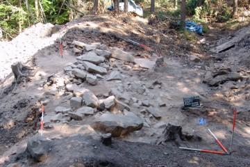 Auch die Steinpackung des inneren Walls muss vor ihrem Abtrag ausgiebig dokumentiert werden.