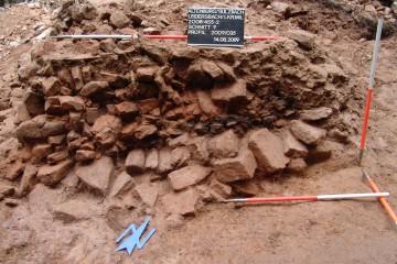 Im Wallschnitt zeigt sich, dass die hölzerne Konstruktion annähernd so breit war wie der heute noch vorhandene Wall.