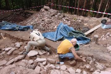 Ohne unsere Putzexperten hätten wir es nie und nimmer geschafft, die Masse an verstürzten Steinen der inneren Wallschüttung in so kurzer Zeit freizulegen.