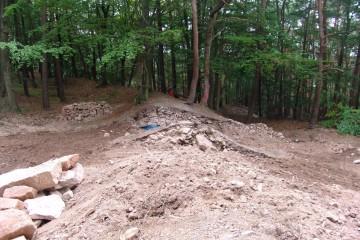 ... und dann wurde nach Abschluss der Ausgrabungen der Wall wieder aufgeschüttet.