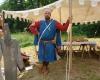 ...hat der bessere Herr Zeit, dem Ritter beim Ankleiden zu zuschauen.