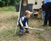 """Früh übt sich, wer einmal ein großer Ritter werden will. Nachwuchs-Ritter bei seinem Kampf mit einem Mini-""""Drachen"""" (Blindschleiche, rechts unten)."""