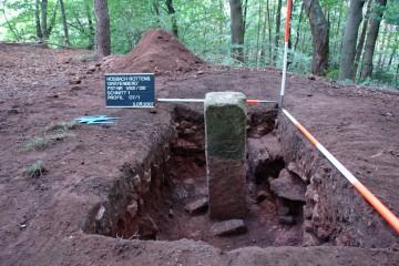 Dieser Vermessungspunkt dürfte die letzten Reste der Burg auf dem Gräfenberg gerettet haben.