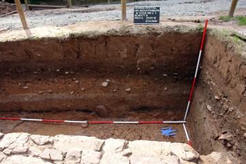 Der Brandhorizont im Bereich der Grubensohle kann über Keramik ins ausgehende 13. Jahrhundert datiert werden.