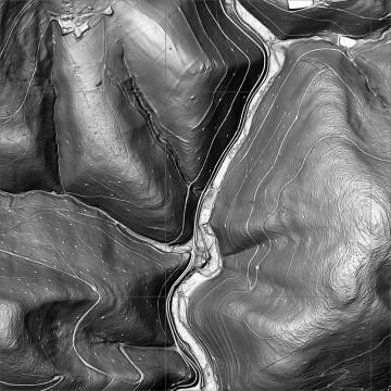 Der Airborne-Laserscan der Burg Mole verdeutlicht Einbindung des Bodendenkmals in eine intensiv genutzte Kulturlandschaft. Ablesbar ist dies beispielsweise an den kleine Punkten an den Hängen. Sie können als Köhlerplattforemn identifiziert werden. Die Sturktur der Niederungsburg selbst zeichent sich im ALS dagegen nicht ab. Datengrundlage: Bayerische Vermessungsverwaltung;  Bearbeiter: Karl-Heinz Gertloff, Egelsbach