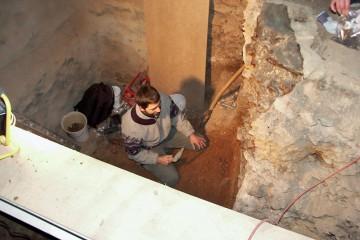 Anfertigung eines Lackprofils, in dem die Bebauungsgeschichte des Schlosses in Wiesen dokumentiert wird, durch den Geographen Jürgen Jung